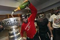 Tradiční rituál v šatně. Michal Rozsíval kropí Stanley Cupu šampaňským.