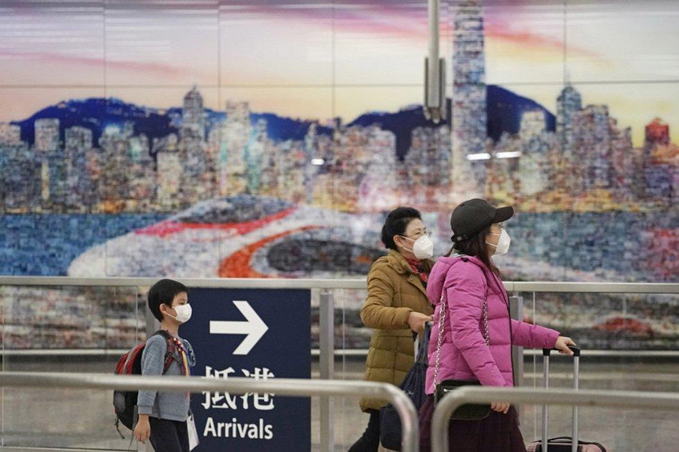 Čínští občané v obavě z nákazy cestují v ochranných rouškách