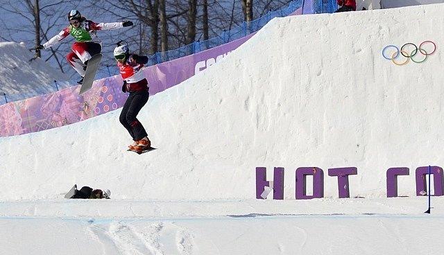 Snowboardkrosařka Eva Samková ve finálové jízdě na olympijských hrách v Soči.