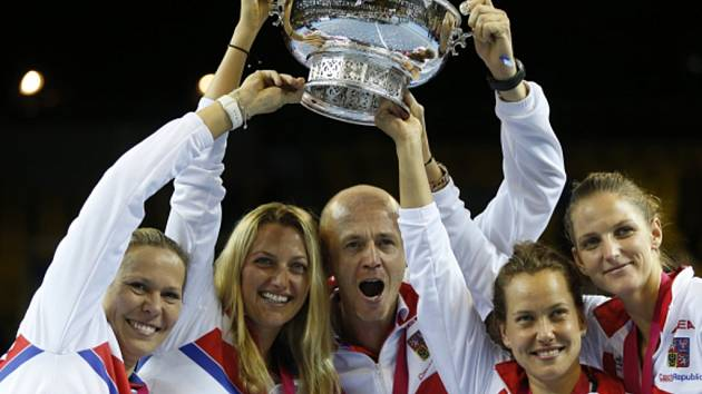 České tenistky hrály finále Fed Cupu v pražské O2 areně třikrát a pokaždé uspěly. Naposledy zvedly trofej nad hlavy v roce 2015 po výhře nad Ruskem (na snímku).