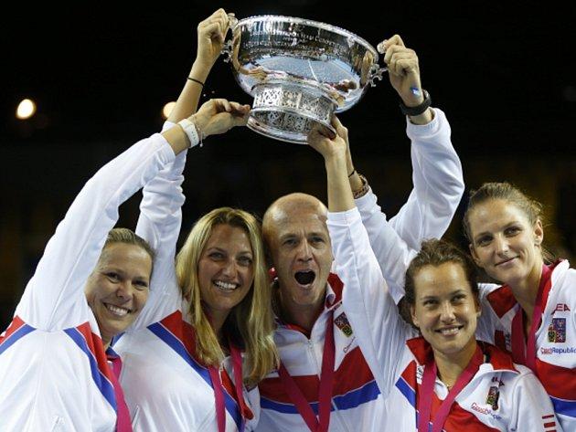 Český tým (zleva) Lucie Hradecká, Petra Kvitová, kapitán Petr Pála, Barbora Strýcová a Karolína Plíšková oslavují ve Francii triumf ve Fed Cupu.