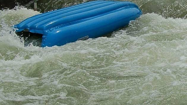 Převrácený raft. Ilustrační foto
