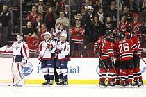 Hráči New Jersey Devils slaví gól Patrika Eliáše do sítě Washingtonu.