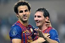 Kanonýři Francesc Fábregas (vlevo) a Lionel Messi vystřelili Barceloně evropský Superpohár.