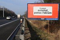"""Trik provozovatelů dálničních billboardů – prodejní automat coby """"provozovna"""""""