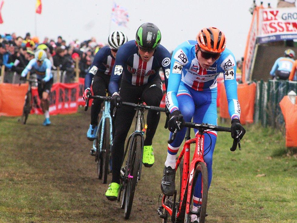 Závod mužů do 23 let ovládl na MS v dánském Bogense Thomas Pidcock (Velká Británie). O medaile bojoval také Tomáš Kopecký (na snímcích v oranžové helmě), který nakonec cílem projel čtvrtý.
