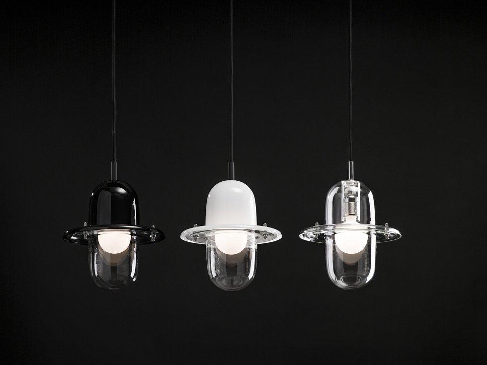 Závěsné svítidlo HAT, které připomíná viktoriánskou buřinku, navrhli Václav Mlynář a Jakub Pollág pro Lasvit.