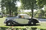 Praga Lady z roku 1936, vystavovatel Emil Příhoda. Stará architektura se v Loučni snoubí s krásou starých automobilů