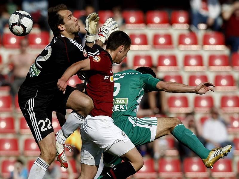 Talent Sparty Václav Kadlec (v rudém) se snaží prosadit v souboji a brankářem Bohemians Praha Jaroslavem Beláněm (vlevo) a Janem Flachbartem.