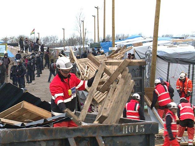 Francouzské úřady dnes zahájily vyklízení části uprchlické kolonie u přístavního města Calais.