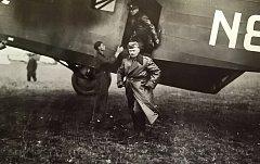 Generál Josef Bílý vystupuje z bombardéru Avia F-39 (Avia F-lX.)