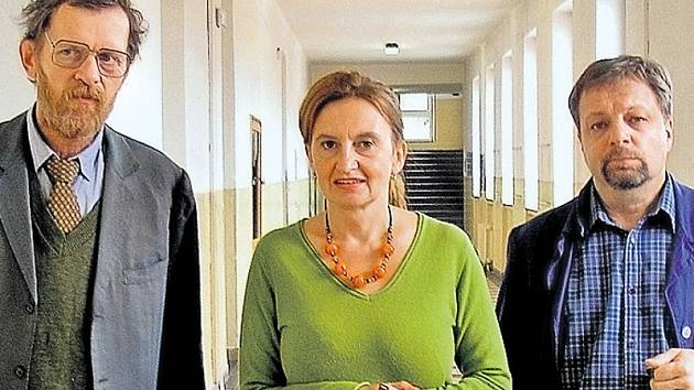 Členy zkostnatělého učitelského sboru jsou i staromilský češtinář Jiří Schmitzer, ředitelka a ruštinářka přeučená na angličtinářku Eva Holubová a fyzikář Milan Šteindler, který si po nocích přivydělává jako taxikář.