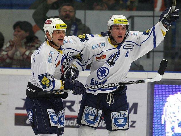 Útočníci Plzně Martin Straka (vlevo) a Tomáš Vlasák se radují z gólu.