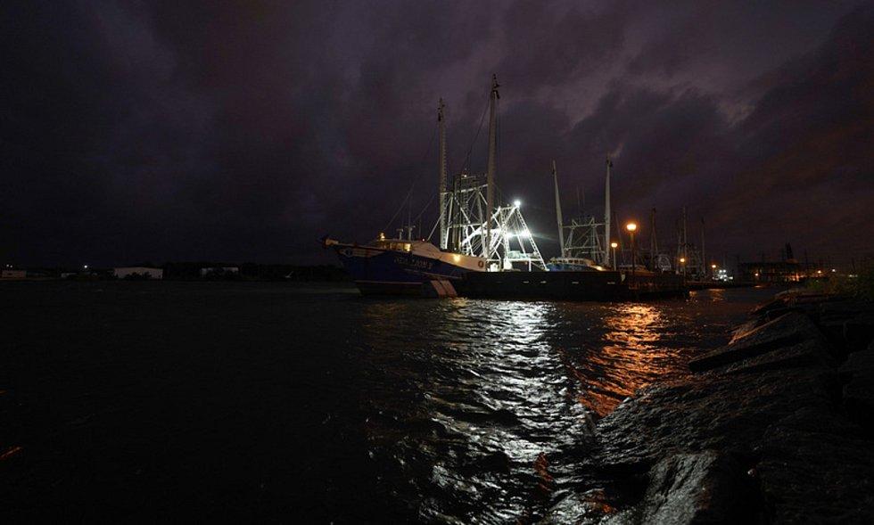 Posádka lodi Sea Lion V se připravuje na hurikán Laura v texaském přístavu Port Arthur, 26. srpna 2020