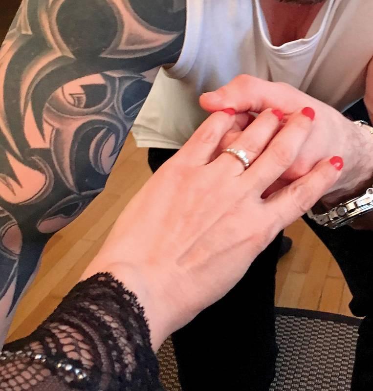 Žádost o ruku se neobešla bez pokleknutí, navléknutí prstenu a pořádného láskyplného polibku.