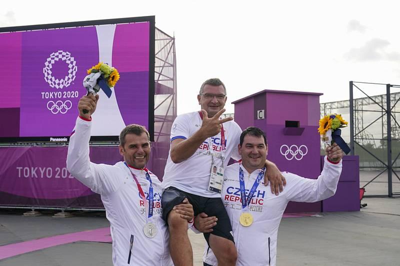 Čeští střelci stříbrný David Kostelecký (vlevo) a zlatý Jiří Lipták (vpravo) pózují s trenérem Petrem Hrdličkou.