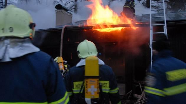 K VČEREJŠÍMU POŽÁRU V JESTŘEBÍ jako první dorazili hasiči JSDH Nové Město nad Metují. Zachránit z hořícího objektu dvě osoby už bylo ale nemožné.