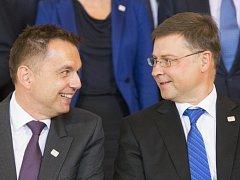 Slovenský ministr financí Peter Kažimír a komisař Valdis Dombrovskis.