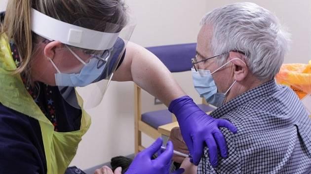 Senior v nemocnici v anglickém Kentu dostává novou vakcínu na koronavirus.