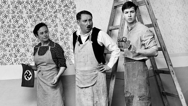Do kin po neděli vstupuje film Krajina ve stínu. V černobílém ladění a bez servítků obnažuje rány poválečné minulosti. I českou povahu.