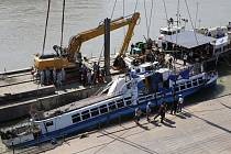 Vrak výletní lodi Mořská panna vyzvednutý ze dna Dunaje. Plavidlo se potopilo v Budapešti 29. května poté, co se srazilo s větší hotelovou lodí Viking Sigyn a během několika vteřin kleslo ke dnu.
