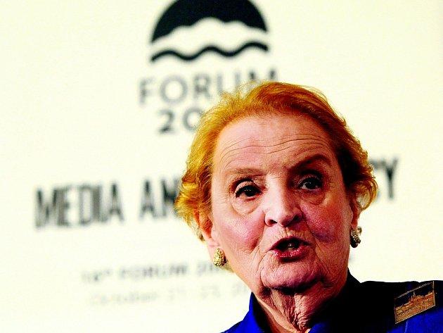 Pražská rodačka Madeleine Albrightová dává své rozpoložení s oblibou najevo prostřednictvím broží. V Česku její kostýmek zdobilo miniaturní panorama Hradčan.