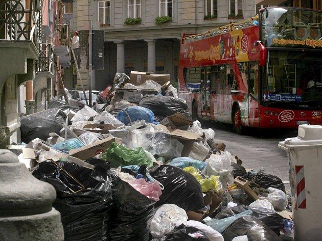 Záplava odpadků v ulicích Neapole.