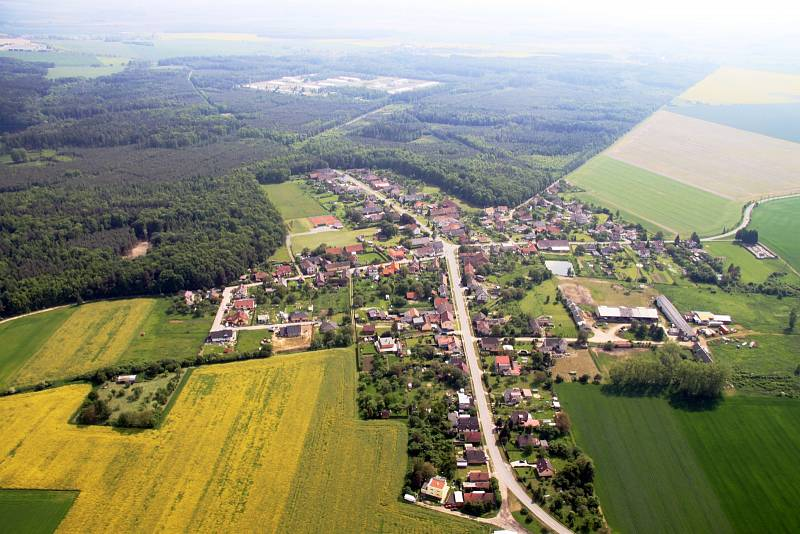 Letecký pohled na Nový Ples, kde se nachází muniční sklad