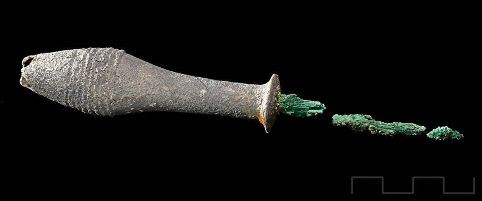 Měděné šídlo s postříbřenou rukojetí z hrobu číslo 38 v lokalitě La Almoloya