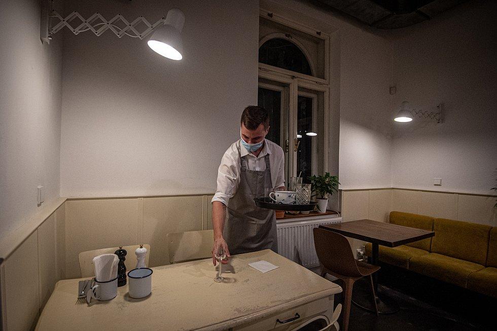 Personál HogoFogo Bistro připravuje zavření restaurace v 20:00, 13. října 2020 v Ostravě.