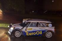 Rallye Český Krumlov, třetí podnik MMČR v automobilových soutěžích. Václav Pech a Petr Uhel projíždějí 24. května rychlostní zkoušku v Přídolí.