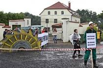 Aktivisté z iniciativy Limity jsme my protestovali 16. července u domu spolumajitele společnosti Severní energetická Jana Dienstla v Třebívlicích na Litoměřicku proti možné širší těžbě uhlí.