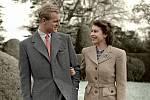 Vévoda z Edinburghu s královnou Alžbětou v roce 1947. Alžbětu mladý pohledný kadet svým šarmem, humorem a nezávislostí doslova okouzlil.
