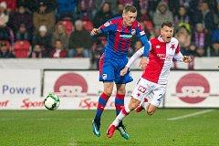 Fotbalisté Plzně (v modrém) proti Slavii.