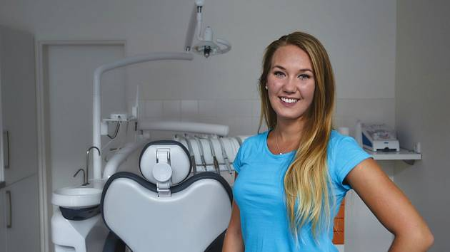 Podle zubní hygienistky Nikol Otruba Kotasové dvě minuty na pořádné vyčištění zubů nestačí.