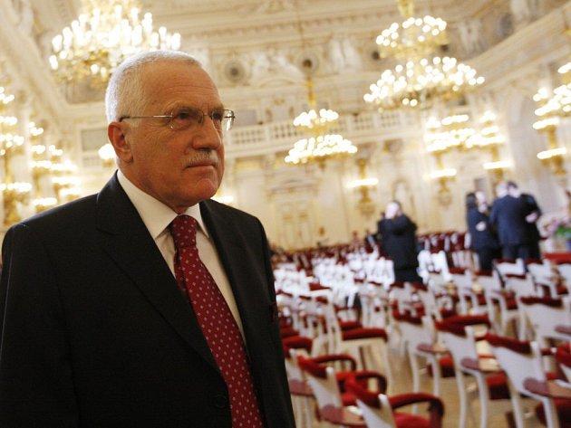 Prezident Václav Klaus odchází po zakončení prvního volebního dne.