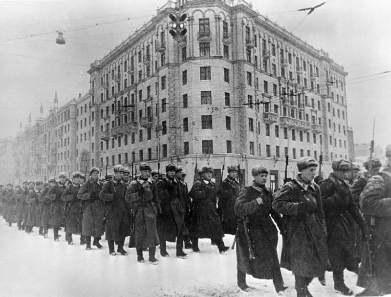 Prosinec 1941, jednotky z Moskvy odcházejí na frontu