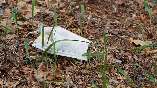 Rouška pohozená v lese - Ilustrační foto