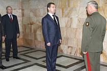 Ruský prezident Vladimir Medveděv přijímá hlášení od náčelníka generálního štábu Nikolaje Makarova o situaci v Osetii.