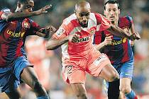 Frédéric Kanouté (uprostřed) se rve za Sevillu. O odchodu z klubu rozhodně neuvažuje, i když nabídky má.