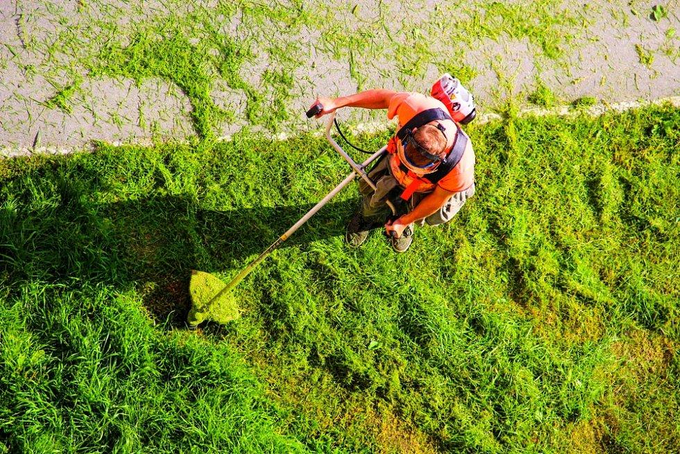 Výbava člověka, který se živí sekáním trávy, je velmi pestrá.