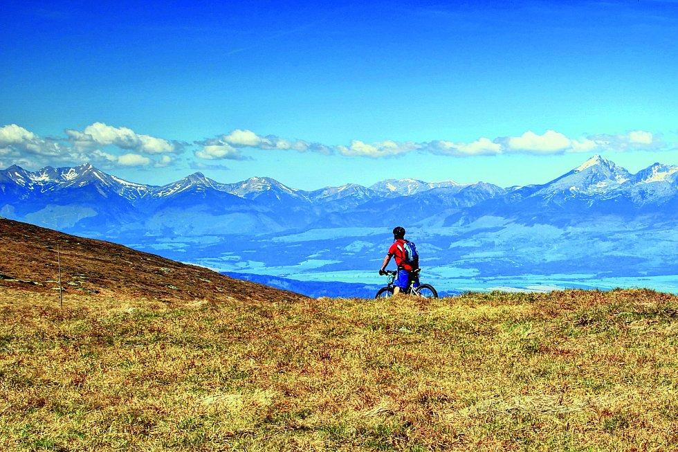 Na kole můžete vidět rozsáhlé pastviny a hory se zbytky sněhu