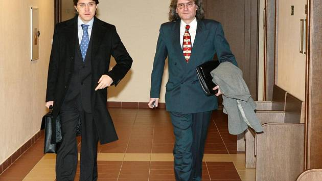 Bohumil Kulínský a obhájce Václav Chuma (vlevo).