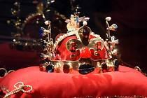 Replika svatováclavské koruny zpracovaná mistrem šperkařem Jiřím Urbanem vystavená v Domě umění.