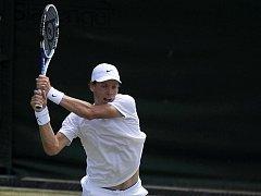 Tomáš Berdych odvrací míček ve vítězném zápase 2. kola Wimbledonu proti Paulu-Henri Mathieumu z Francie.