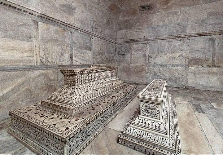Bok po boku i po smrti. Vládce Mughalské říše Šáhdžahán nyní leží v hrobce v podzemí Tádž Mahalu vedle své milované ženy Mumtáz Mahal. Právě pro ní nechal mauzoleum vybudovat.