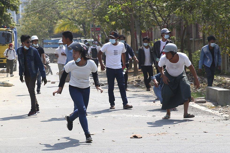 Lidé v barmském městě Mandalay protestují proti vojenskému převratu z 1. února.