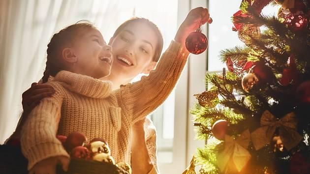 Zdobení stromku patří k nejrozšířenějším vánočním zvyklostem.