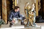 Památkáři ve Vimperku na Prachaticku ve čtvrtek výjimečně vyjmuli sochu madony z 15. století z niky nad oltářem v místním kostele. Zaměřovali 3D skenerem její siluetu, aby mohli vytvořit přesnou kopii.