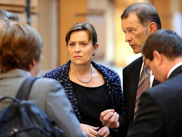 Předsedkyně Energetického regulačního úřadu (ERÚ) Alena Vitásková u Krajského soudu v Brně, kde 4. června pokračovalo hlavní líčení v kauze podvodného získání licencí pro dvě fotovoltaické elektrárny na Chomutovsku.